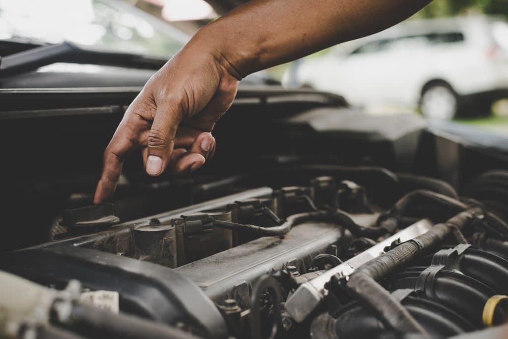 aggiustare motore auto