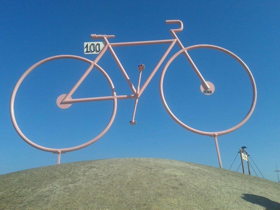 Installazione bici in ferro in omaggio del 100° Giro d'Italia
