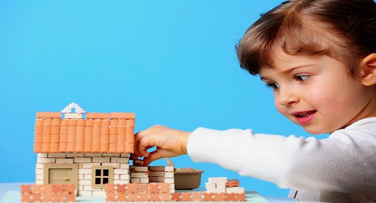 bambina costruisce casa