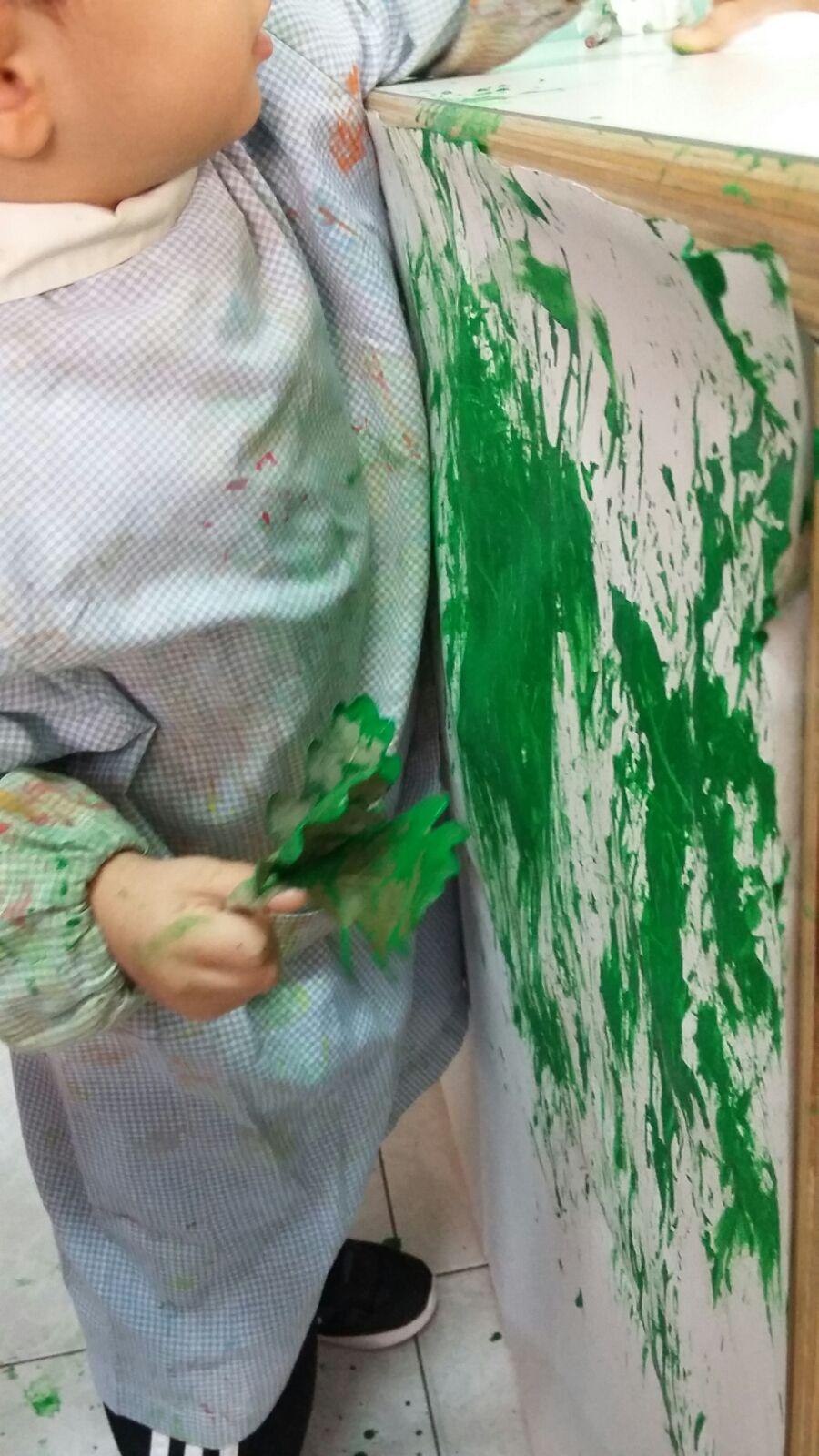 bambino che dipinge - asilo nido sassari